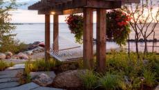 belle pergola jardin avec vue sur l'eau