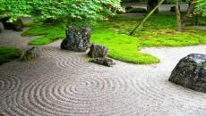 jardin zen au sable blanc ratissé