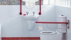 couleurs blanc rouge et bleu enfant salle de bain