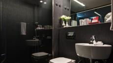 Design de salle de douche coloris sombres