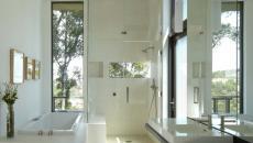 belle salle de bain optimisée marbre et verre