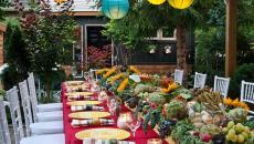 dresser une jolie table de repas entre amis dans le jardin