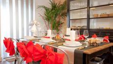 dresser et décorer belle table de fête dans l'appartement