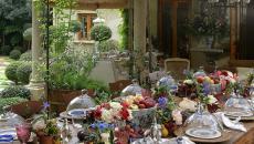 belle table de repas entre amis dans le jardin