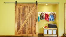 Entrée avec porte coulissante massive en bois
