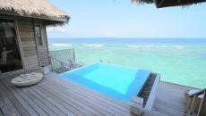 Un bassin de rafraîchissement au goût exotique avec magnifique vue sur l'océan turquoise