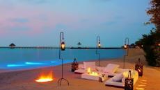 belle plage aménagée pour diner en amoureux exotique