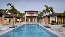 grande piscine et terrasse extérieures