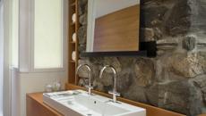Mur en pierre brute ambiance rustique salle de bains