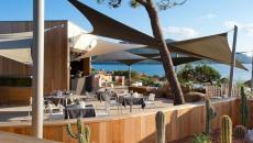 ambiance vacances en corse hôtel terrasse vue sur la mer