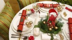 célébrer le jour de l'an avec belle table d'invités