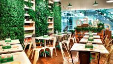 Restaurant design mur vert vivant