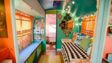 intérieur aux couleurs vives déco caravane refaite