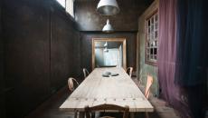 salle à manger loft de ville design sombre
