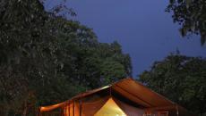 l'extérieur de la tente vue de nuit