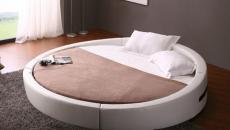 Un lit rond spacieux et confortable