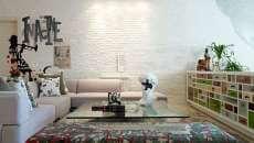 salon à la déco créative mur en brique peinte
