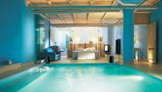 intérieur luxueux chambre avec piscine