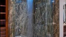 salle de bain marbre fonce douche design belle
