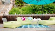 couleurs vert anis turquoise aménagement terrasse balcon parasol