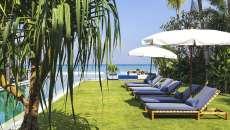 chaises longues transats piscine vacances de luxe exotique parasols