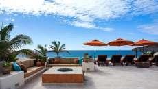 terrasse vue sur la mer parasols droits rouges