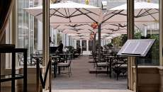 aménagement terrasse de café parasols