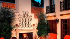 patio avec cheminée meublé
