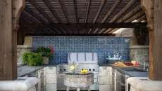 aménagement cuisine extérieure rustique bois pierre
