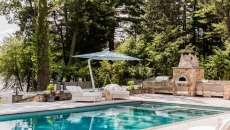 belle piscine jardin parasol maison de standing
