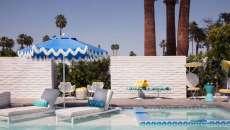 parasol droit de couleur bleu ciel piscine jardin