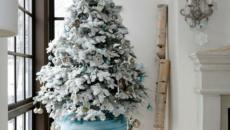 Petit arbre de Noël orné en blanc