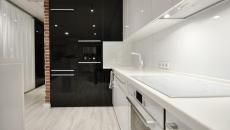 cuisine aménagée en noir et blanc