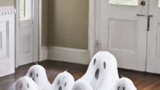 fantômes mignons accueillant maison entrée