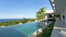 piscine à débordement vue sur mer