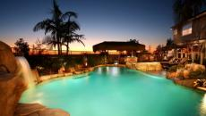 belle grande piscine cascade illuminée