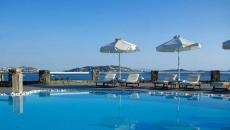 grande piscine face à la mer Égée