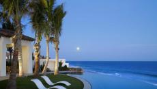 piscine luxe à débordement cadre exotique