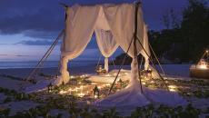 séance de relaxation en amoureux sur une plage exotique
