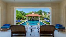 Pool house avec belle vue
