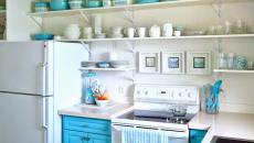 la cuisine rénovée aux étagères ouvertes