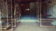 salle aux bancs et tables suspendus