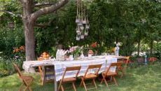 table repas entre amis en plein air