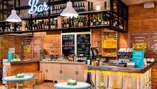 Restaurant design bio en bois et plantes