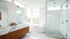 salle de bains allures classique en marbre blanc vasques