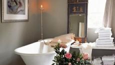 Superbe salle de bain moderne et bouquets de fleurs