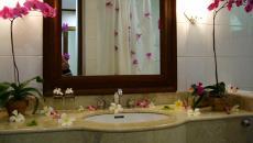 Lavabo salle de bain décoré avec des fleurs