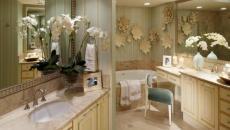Jolie salle de bain moderne aux belles fleurs