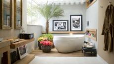 Salle de bain moderne et chic décorée avec des fleurs