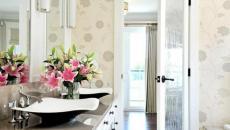 Bouquet de fleurs dans une salle de bain moderne